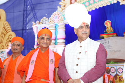 His Divine Holiness Acharya Swamishree Maharaj blesses the Chief Minister of Gujarat State Vijay Rupani
