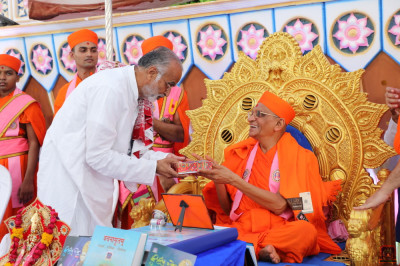 Acharya Swamishree Maharaj blesses the honoured guest
