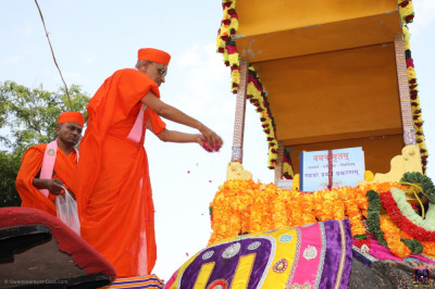 His Divine Holiness Acharya Swamishree Maharaj consecrates the elephant and carriage