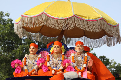 Divine darshan of Jeevanpran Shree Muktajeevan Swamibapa, Sadguru Shree Nirgundasji Swamibapa and Sadguru Shree Ishwarcharandasji Swamibapa seated on the float