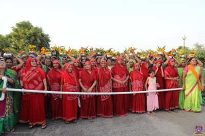 Sankhya Yogi ladies lead disciples during the grand procession