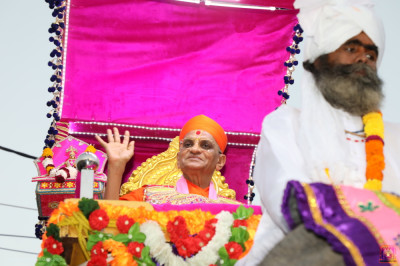 Acharya Swamishree Maharaj showers the bliss of Lord Shree Swaminarayan on all