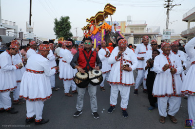 Disciples perform devotional songs throughout the grand procession