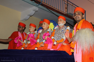 Divine darshan of Jeevanpran Shree Muktajeevan Swamibapa and Sadgurus on the float