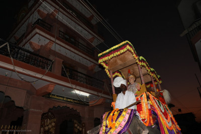 Divine darshan of Jeevanpran Abji Bapashree seated on the majestic elephant reaches Shree Swaminarayan Mandir Vrushpur just after sunset