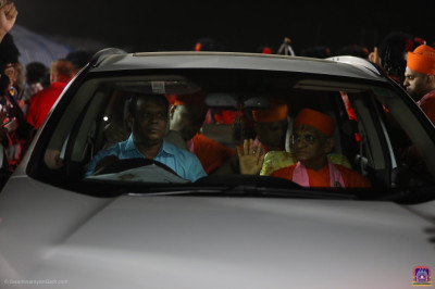 Acharya Swamishree Maharaj blesses all as He leaves the assembly ground and returns to Shree Swaminarayan Mandir Vrushpur