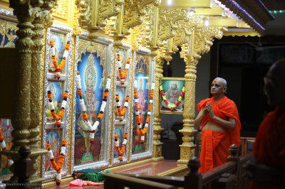His Divine Holiness Acharya Swamishree Maharaj performs sandhya aarti at Shree Swaminarayan Gadi Mandir Vrushpur